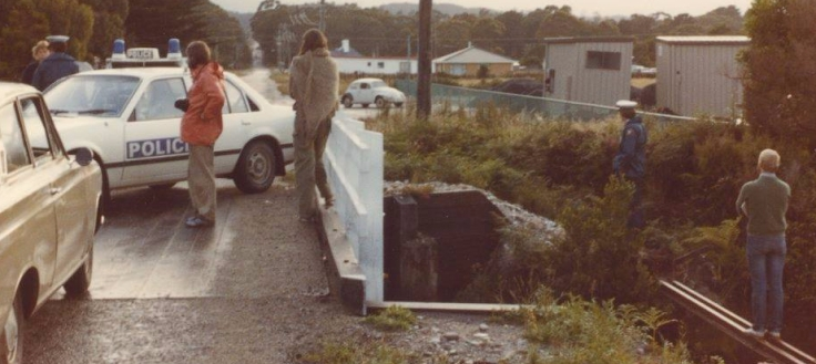 1982-01-12 Police blockade bridge from Greenie Acres
